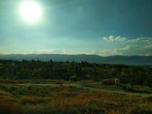 Krajobraz niebieskie niebo białe chmury Góry w odległości desktops obraz stock