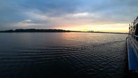 Krajobraz od statku który żegluje na rzece przy zmierzchem Czas wolny i spacer na woda transporcie zbiory