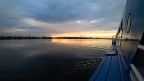 Krajobraz od statku który żegluje na rzece przy zmierzchem Czas wolny i spacer na woda transporcie zdjęcie wideo