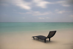 Krajobraz osamotniony sunbed na plaży Obrazy Stock