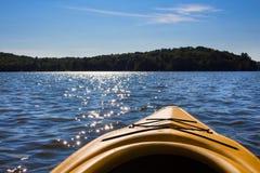 Krajobraz północny jezioro przeglądać od kajaka Fotografia Stock