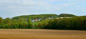 Krajobraz, panorama Pole, grunt orny, niebo Na krawędziach las są pola z zielonymi drzewami, wiosna s?oneczny dzie? obrazy stock