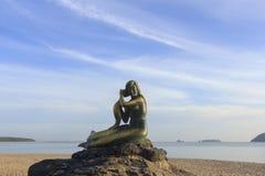 Krajobraz piękny niebo i plaża która syrenki statuę na skale Obrazy Stock