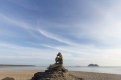Krajobraz piękny niebo i plaża która syrenki statuę na skale Obrazy Royalty Free