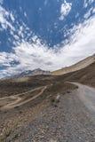 Krajobraz Piaskowate drogi w himalaje pasmie górskim obraz royalty free