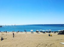 Krajobraz plaża w Śródziemnomorskim na pogodnym letnim dniu Zdjęcie Stock