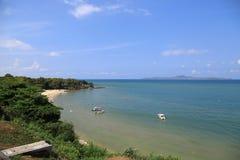 Krajobraz plaża z morzem, drzewa, niebieskie niebo i chmura, Pattaya Tajlandia jako tło, obrazy stock