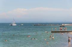 Krajobraz Plaże z odpoczywać ludzi i pływać obrazy royalty free