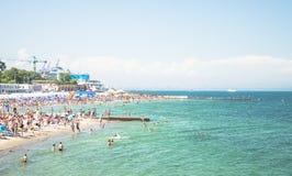 Krajobraz Plaże z odpoczywać ludzi i pływać zdjęcie royalty free