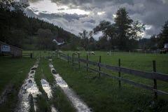 Krajobraz po deszczu z przejażdżki ścieżką sheepfold obraz stock