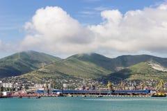 Krajobraz port na tle morze i góra, Zdjęcia Stock