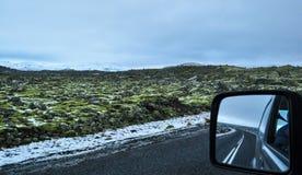 Krajobraz powulkaniczny lawowy pole z autostradą i odbicie w samochodowym lustrze fotografia stock