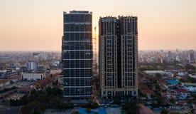 Krajobraz przy Kambodża na zmierzchu Phnompenh, Kohpich budynkiem - zdjęcie stock