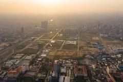 Krajobraz przy Phnompenh, Kambodża na zmierzchu - zdjęcie stock