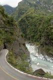 Krajobraz pusta droga, rzeka i stroma góra przy Taroko, obrazy stock