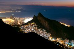 Krajobraz Rio De Janeiro przy nocą zdjęcia royalty free