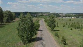 Krajobraz Rosyjska wioska w lecie z kolorowymi domami i niebieskim niebem z ogromnymi białymi chmurami, wieśniak zbiory wideo