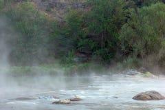 Krajobraz: rzeka, skały i las, zdjęcia stock