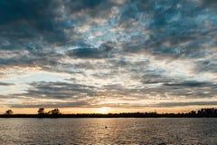Krajobraz rzeka z pięknym zmierzchem obraz royalty free