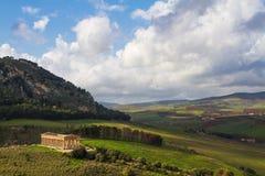 Krajobraz Sicily i starożytny grek świątynia w Segesta archeologicznym terenie, Włochy Zdjęcia Royalty Free