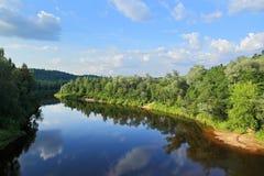 Krajobraz Sigulda, Latvia na rzecznym Gauja, - zdjęcie stock
