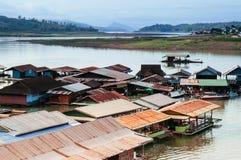 Krajobraz spławowa wioska w Sangkhlaburi, Kanchanaburi, Tha zdjęcia stock