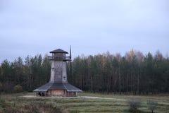 Krajobraz stary młyn na tle las w jesieni zdjęcia royalty free