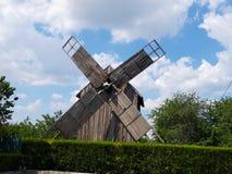 Krajobraz Stary wiatraczek przy Saon monasterem, Tulcea, Dobrogea zdjęcia stock