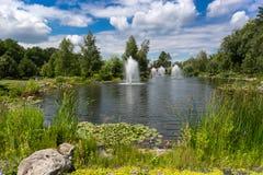 Krajobraz staw z fontannami przy parkiem przy słonecznym dniem Obraz Stock