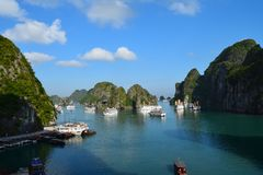Krajobraz tworzy? kras wyspami na niebieskiego nieba tle Piękny widok laguna w Halong smoka Podpalanej Malejącej zatoce obraz stock