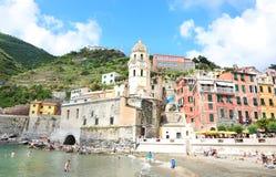 Krajobraz Vernazza wioska i Santa Margherita Di Antiochia kościół - Cinque Terre Włochy Zdjęcia Royalty Free