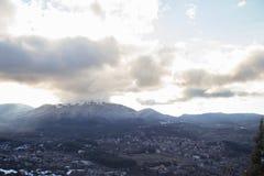 Krajobraz w Grecja śnieżna dolina z wioską i górami w tle zdjęcia royalty free