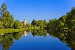 Krajobraz w Kolpino, przegapiający staw i budynek Fotografia Royalty Free