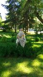 Krajobraz w lato parku z rzeźbą obrazy royalty free
