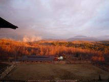 Krajobraz w wzgórzach na pogodnym wschodzie słońca Obrazy Stock