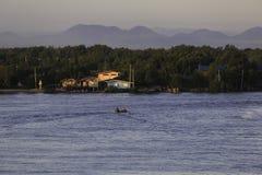Krajobraz wioska rybacka z górą Obrazy Stock