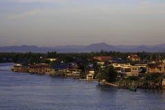 Krajobraz wioska rybacka z górą Zdjęcia Royalty Free
