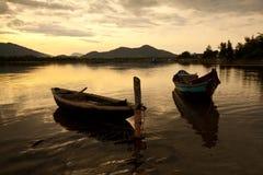 Krajobraz z łodzią, góry chmurnieje i zmierzchu Lang Co zatoka, Wietnam Fotografia Royalty Free