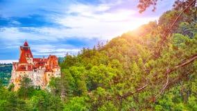 Krajobraz z średniowiecznym otręby kasztelem znać dla mitu Dracula przy zmierzchem obrazy royalty free
