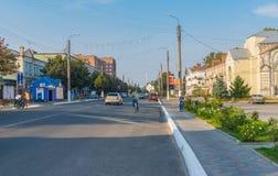 Krajobraz z środkową ulicą mały miasto przy jesiennym weekendem Zdjęcie Stock