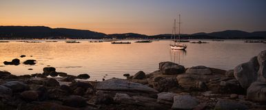 krajobraz z żaglówki żeglowaniem przy zmierzchem na brzeg wyspa Galicia fotografia stock