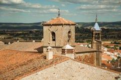 Krajobraz z budynkami i kościelnym bellow góruje w Trujillo zdjęcie stock