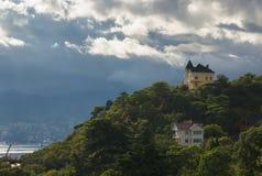 Krajobraz z burzowym niebem i domy na wzgórzu Zdjęcie Royalty Free