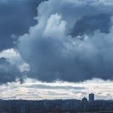 Krajobraz z Burzowym niebem i Przemysłowym miastem Zdjęcie Stock