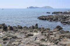 Krajobraz z Chagwido wyspą i dziwacznymi powulkanicznymi skałami Obraz Stock