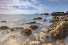 Krajobraz z Chagwido wyspą i dziwacznymi powulkanicznymi skałami, widok Zdjęcie Royalty Free