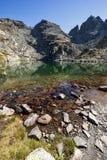 Krajobraz z czystą wodą Straszny Kupens i jezioro osiąga szczyt, Rila góra Zdjęcia Stock