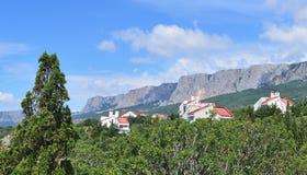 Krajobraz z domami przy stopą góry Zdjęcie Royalty Free