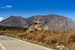 Krajobraz z drogą, górami i starymi ruinami przy Crete wyspą, Grecja obraz royalty free
