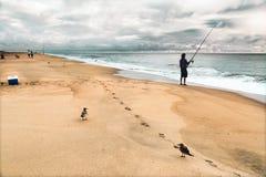 Krajobraz z fishman, dennymi frajerami i piaskowatymi krokami, Pogodny biel chmurnieje niebieskie niebo obrazy stock